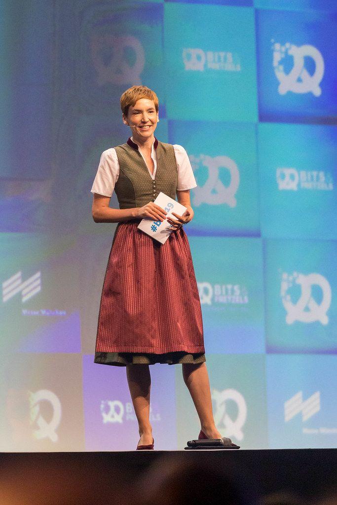 Britta Weddeling moderiert die Gründerkonferenz Bits & Pretzels und führt Interviews in bayrischem Dirndl