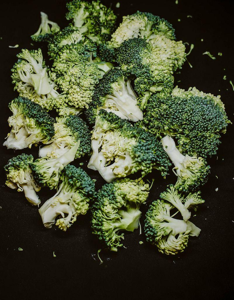 Brokkoli vor schwarzem Hintergrund