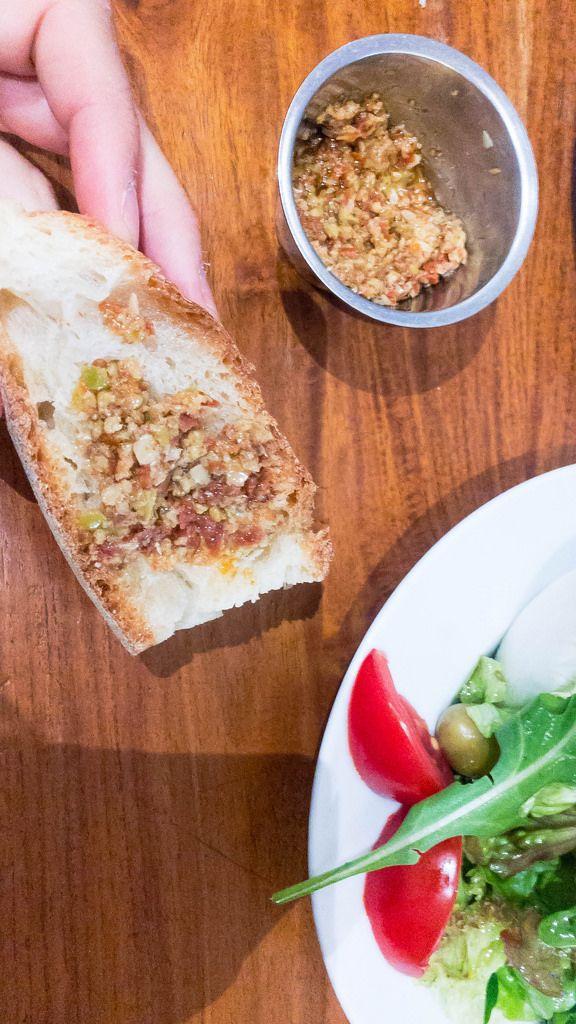 Brot mit Oliven-Pesto und Salat