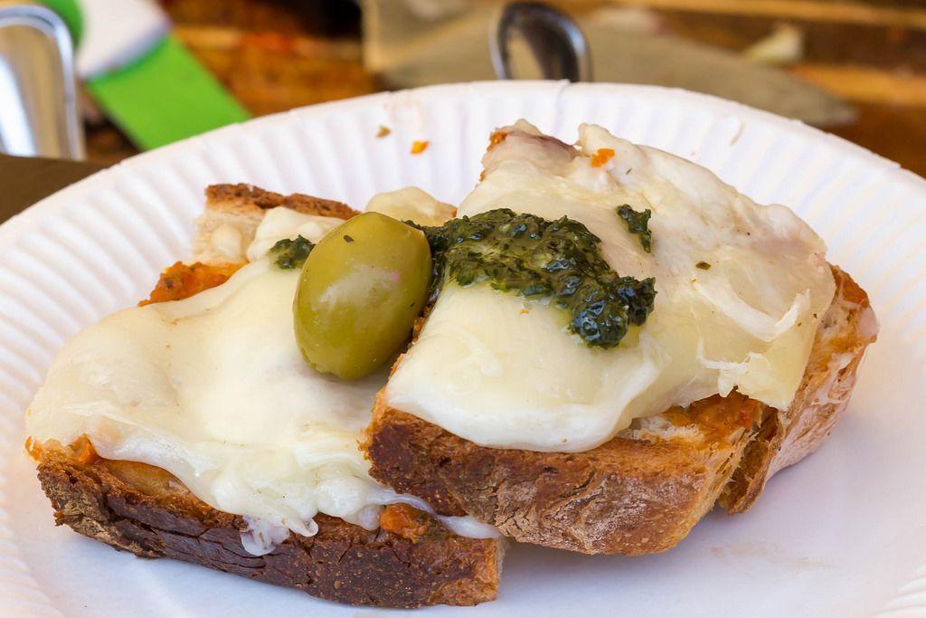 Brot mit Provolino-Käse und Basilikumpesto