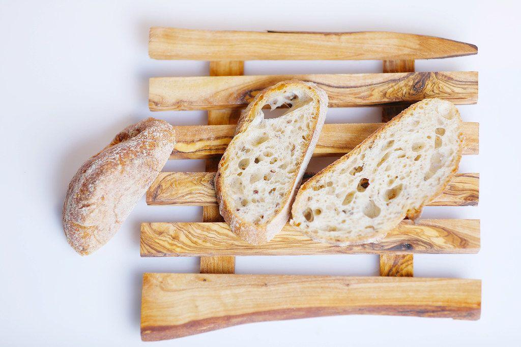 Brotscheiben von selbstgebackenem Brot auf einem Holzbrettchen