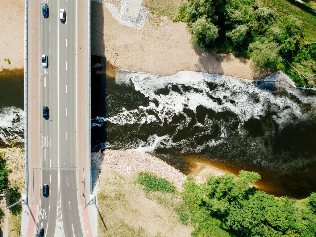 Brücke und Fluss aus der Vogelperspektive