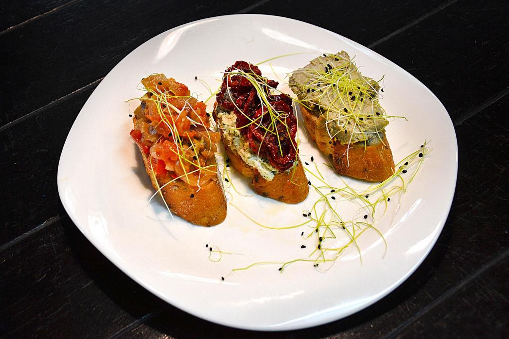 Bruschetta mit Hummus und Gemüse