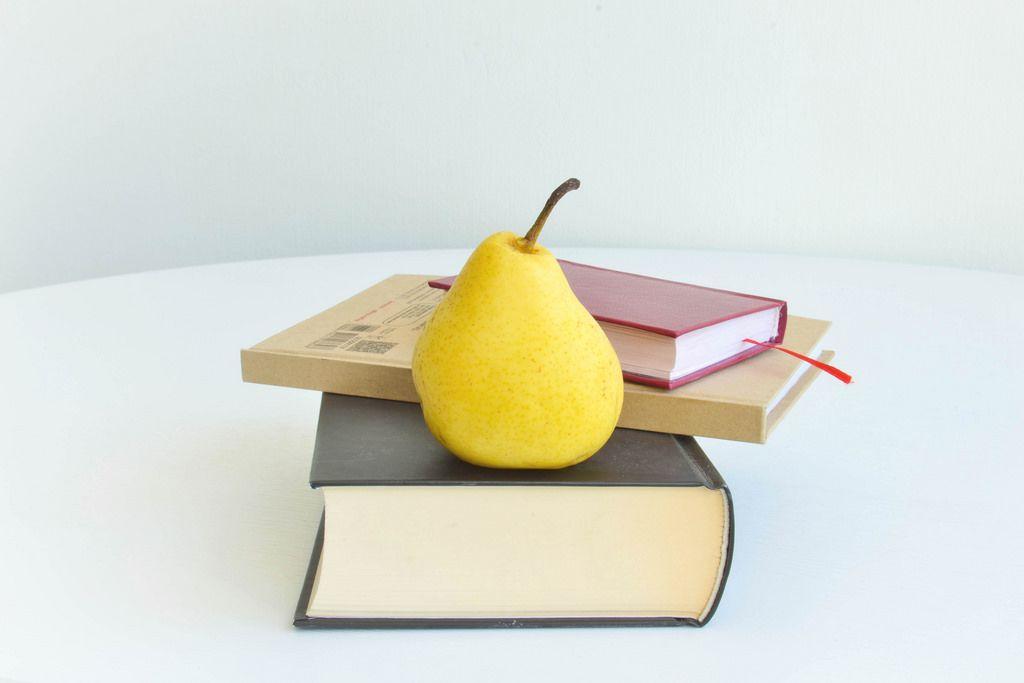 Bücher und Obst