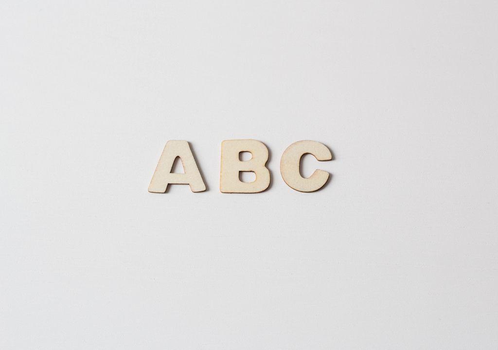 Buchstaben vor weißem Hintergrund: ABC