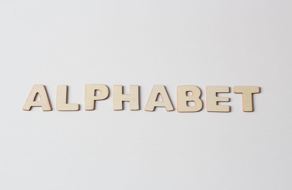 Buchstaben vor weißem Hintergrund: ALPHABET
