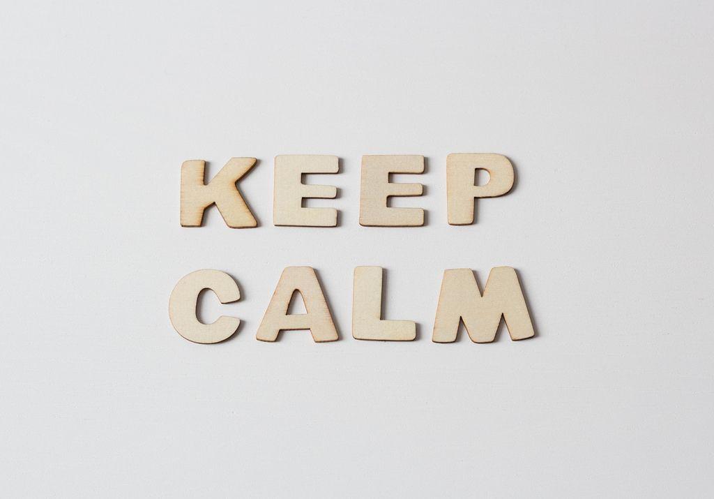Buchstaben vor weißem Hintergrund: KEEP CALM