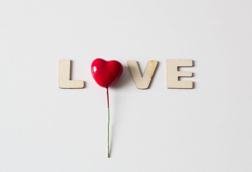 Buchstaben vor weißem Hintergrund: LOVE