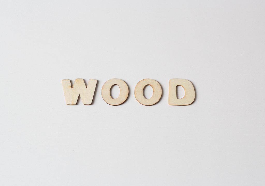 Buchstaben vor weißem Hintergrund: WOOD