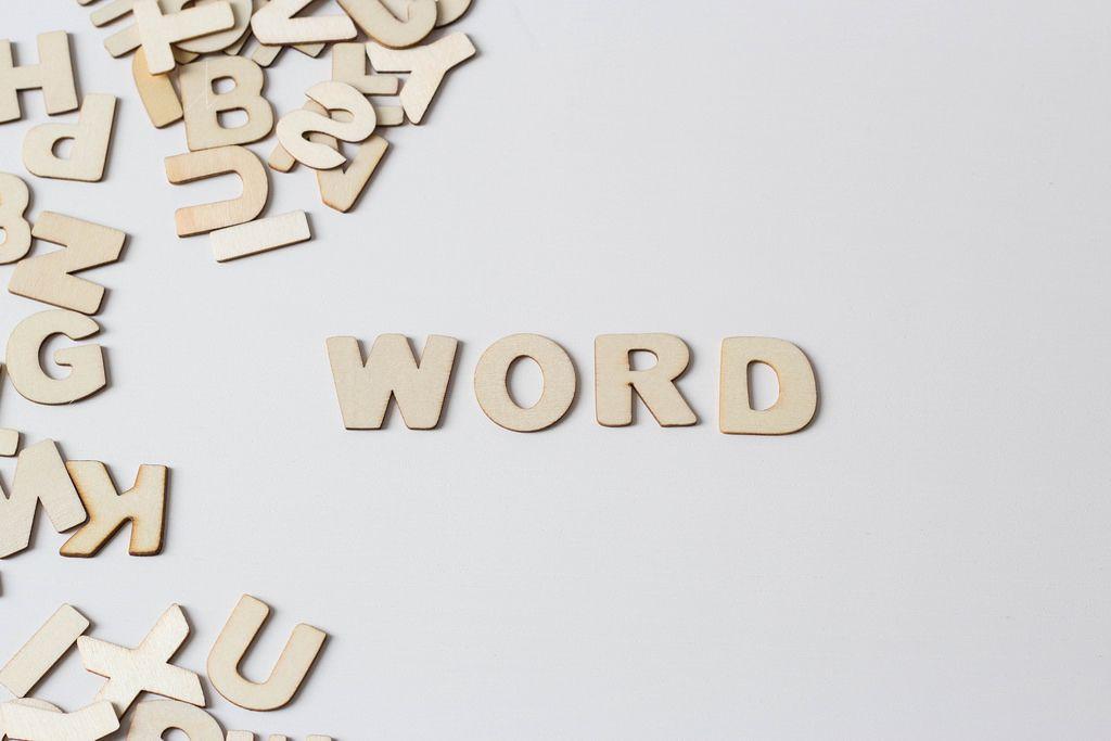 Buchstaben vor weißem Hintergrund: WORD