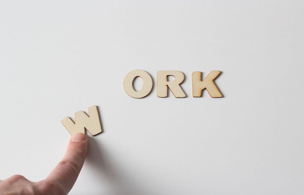 Buchstaben vor weißem Hintergrund: WORK (in progress)
