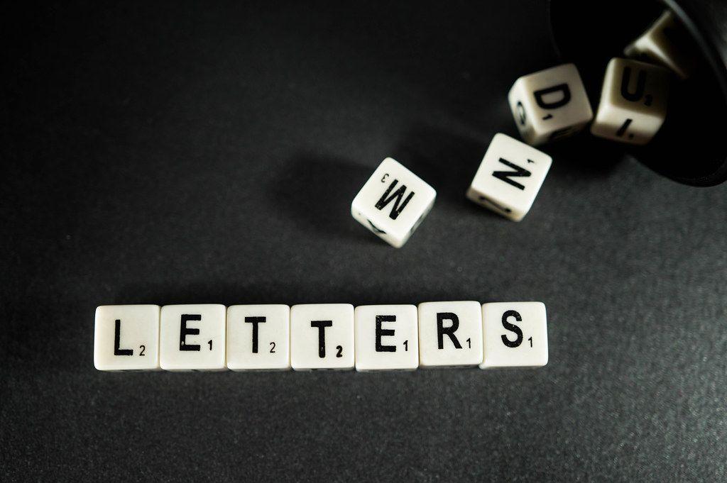 Buchstaben-Würfel ergeben das Wort