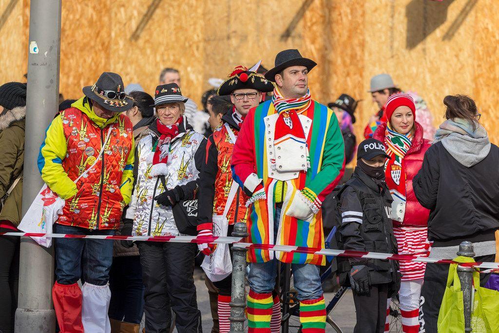 Bunt verkleidetes Publikum beobachtet das Defilee - Kölner Karneval 2018