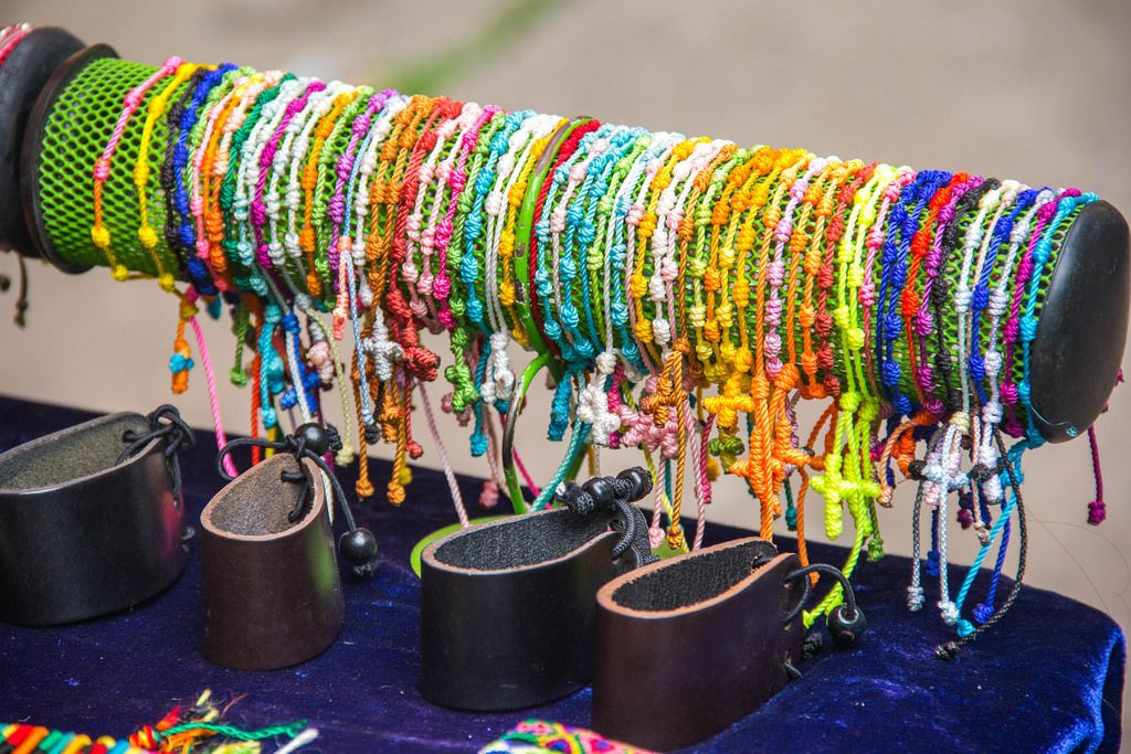 Bunte Armbänder als Souvenir stehen zum Verkauf an einem Stand