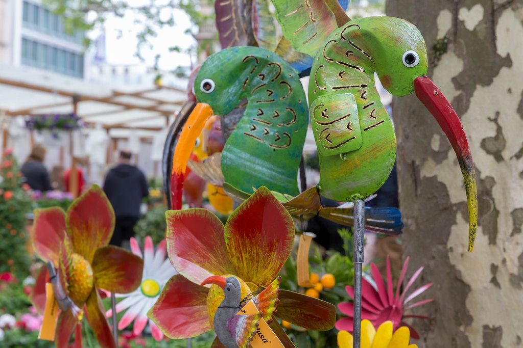 Bunte Kolibris aus Blech