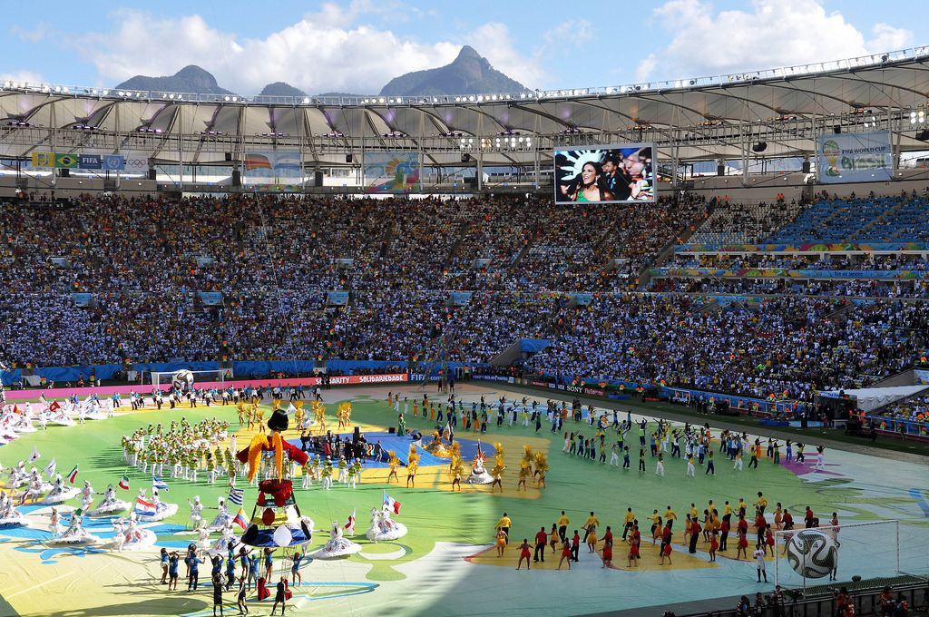 Bunte Performance auf dem Maracanã-Stadion - Fußball-WM 2014, Brasilien