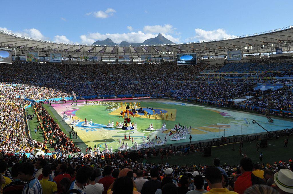 Bunte Performance auf dem Maracanã-Stadion in Rio de Janeiro - Fußball-WM 2014, Brasilien
