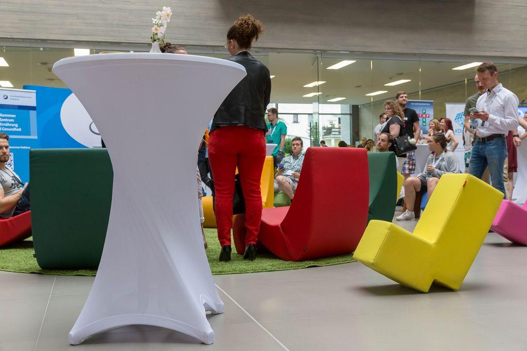 Bunten, ungewöhnlich geformten Stühle beim Barcamp 2018 Koblenz