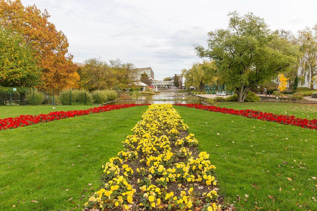 Bunter Herbst im Grugapark in Essen: Sicht aus dem Garten auf den Eingang
