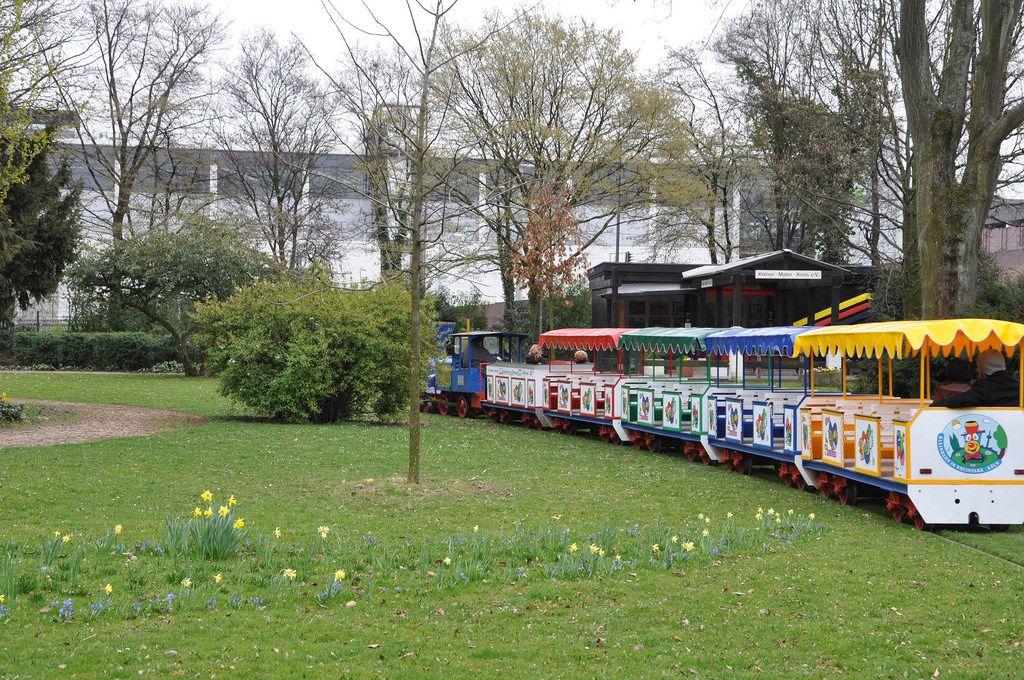 Bunter Kinderzug in einem Park