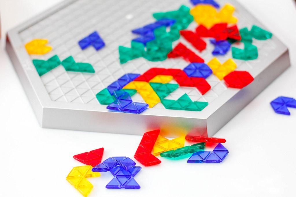Buntes Brettspiel vor weißem Hintergrund