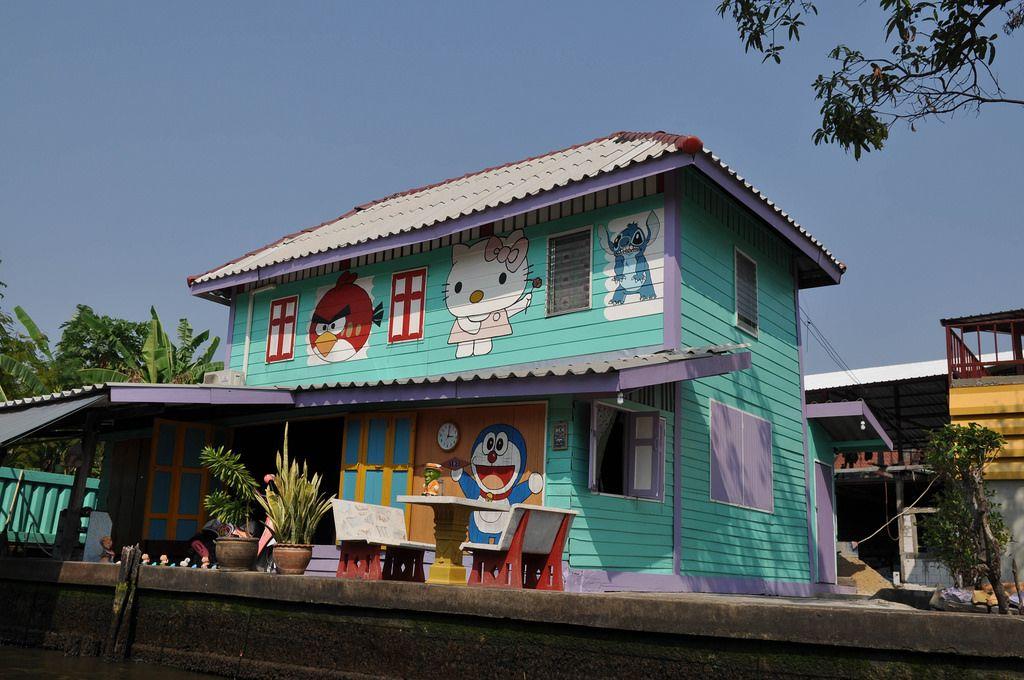 Buntes Haus mit Hello Kitty, Angry Birds und weiteren Charakteren Zeichentrickfilmen und Spielen