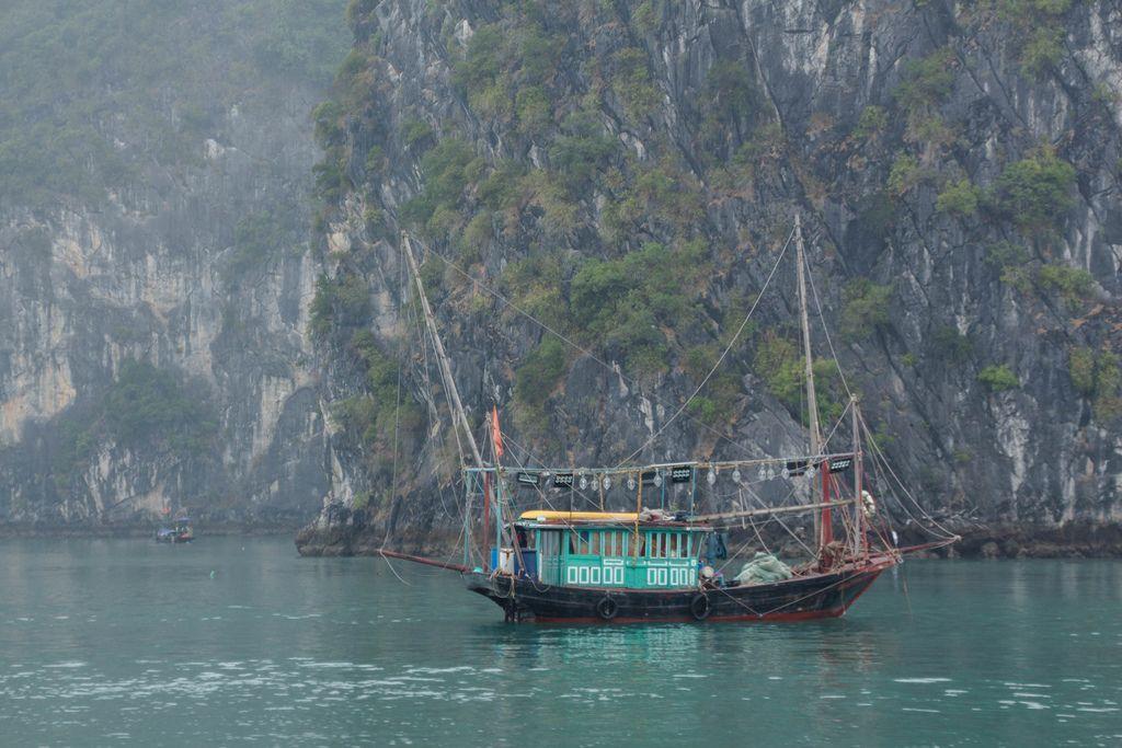 Buntes Holzboot wird zur Fischerei genutzt, auf dem Wasser