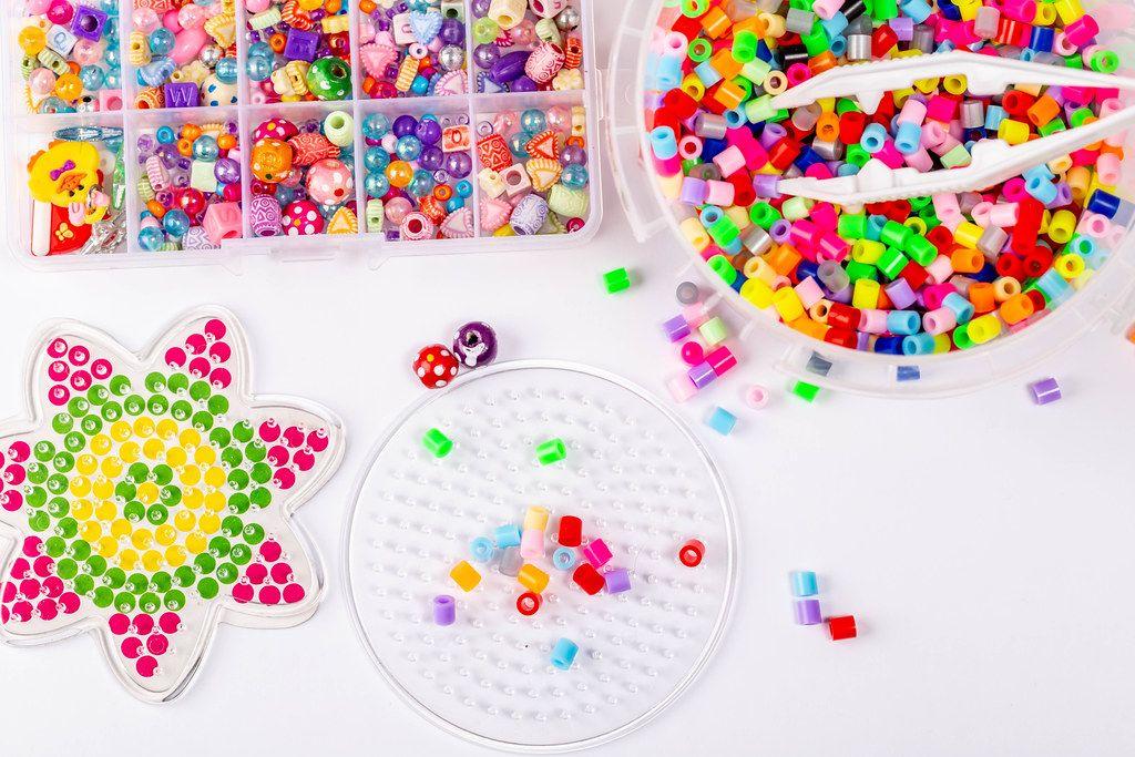 Buntes Set mit Bügelperlen als Kinderspielzeug