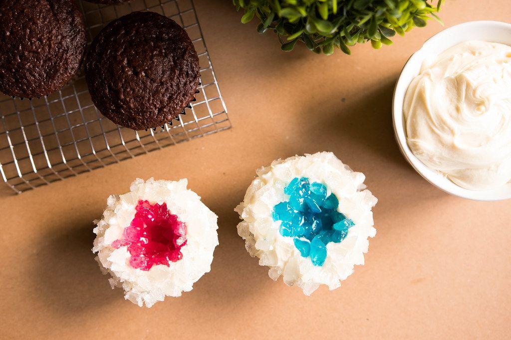 Buntverzierte Schokoladenmuffin-Gebäck mit rotem und blauem Topping