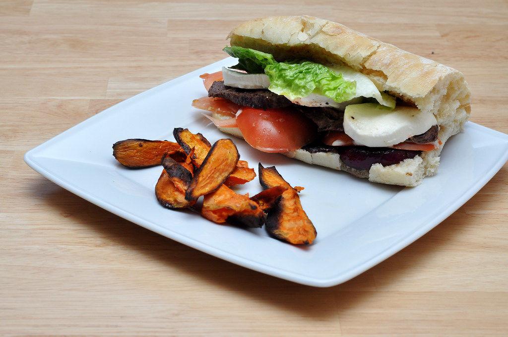 Burger mit Rind, Mozarella, Tomaten und Süßkartoffeln