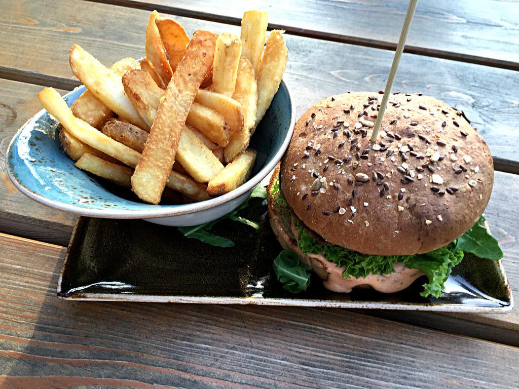Burger und Pommes bei Hans im Gkück