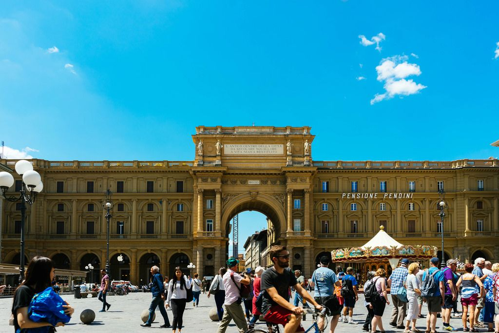 Busy central street in Florence, Italy / Besetzte zentrale Straße in Florenz, Italien