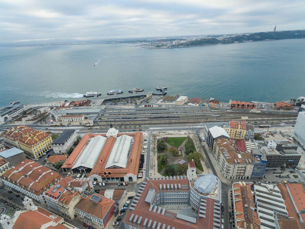 Cais do Sodré Hafen in Lissabon, Portugal (Drohnenfoto)