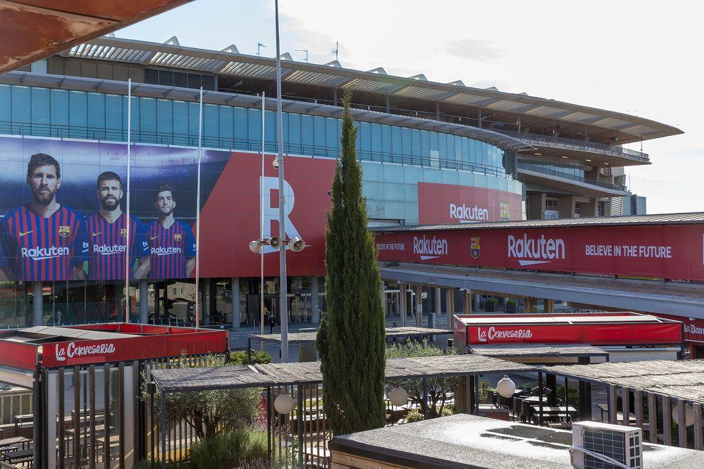 Camp Nou Gelände und Glasfassade des Fußballstadions des FC Barcelona in Spanien und Rakuten-Werbung u.a. mit Lionel Messi