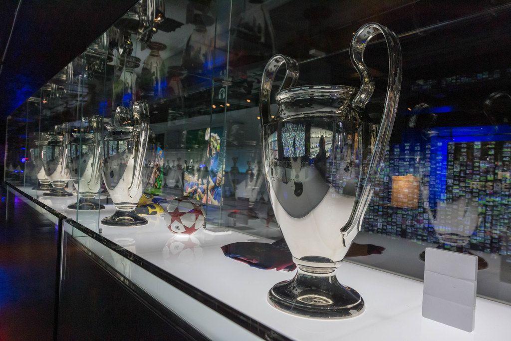 Camp Nou Museum in Spanien zeigt Pokal des Siegerspiels des FC Barcelonas während Championsleague 2015 im Berliner Olympiastadions