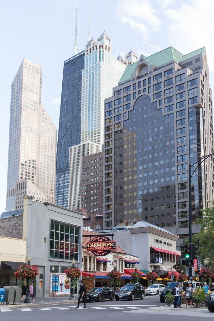Carmine's Restaurant, Tavern On Rush und Wolkenkratzer im Hintergrund