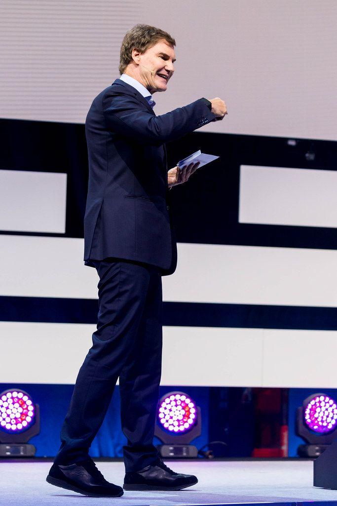 Carsten Maschmeyer fröhlich und positiv auf der Bühne der Digital X in Köln