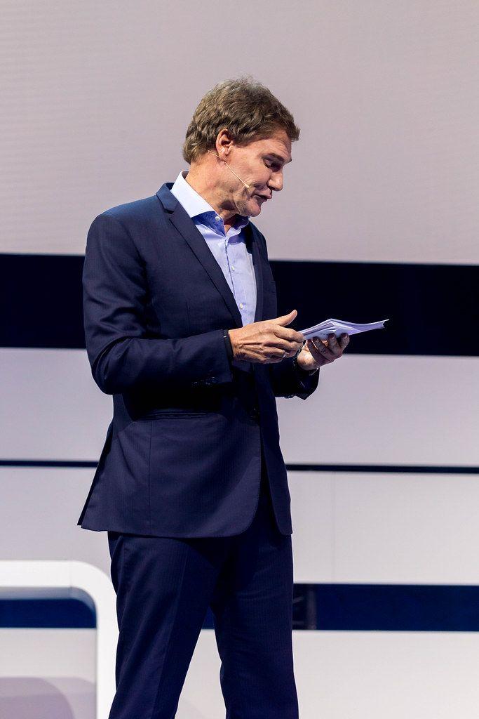 Carsten Maschmeyer on stage reading