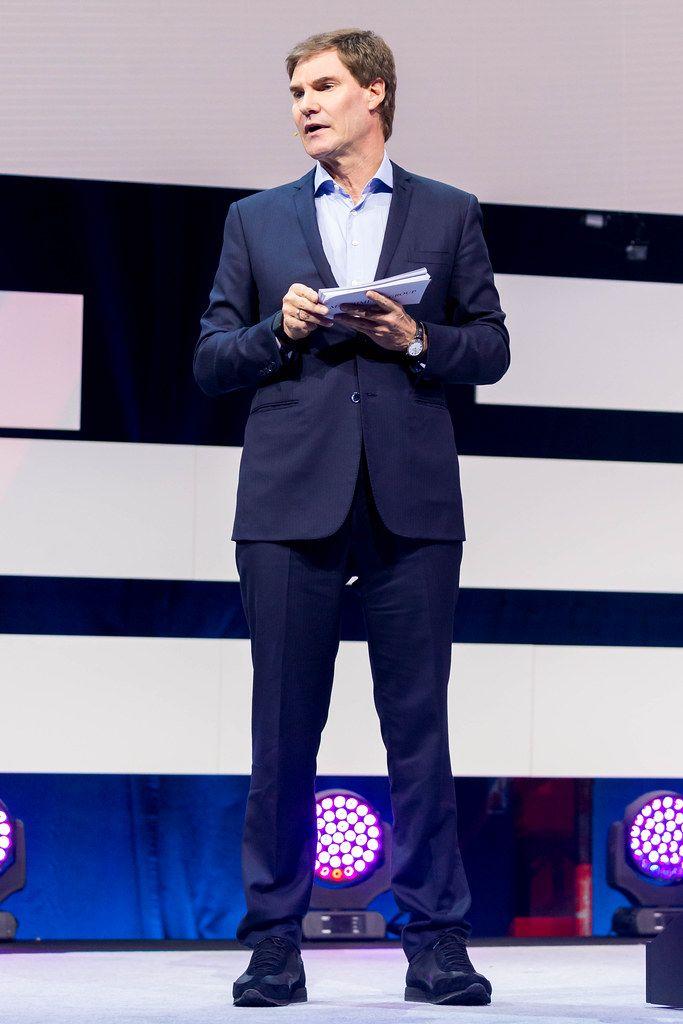 Carsten Maschmeyer steht auf der Bühne und präsentiert