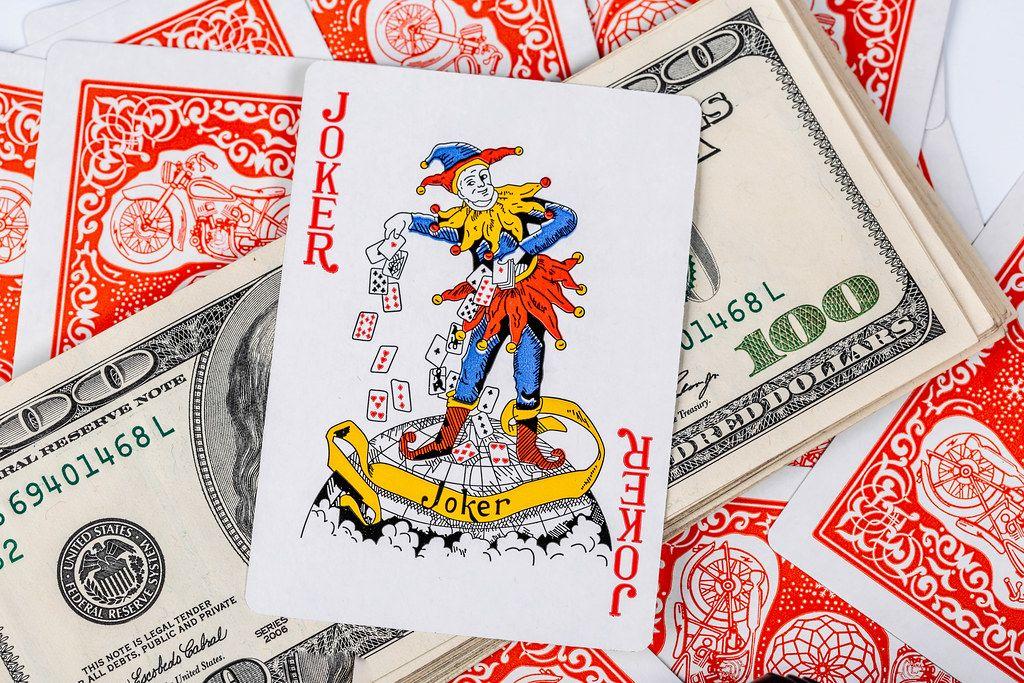 Casino-Wetten und Wettspiele mit Poker und Blackjack Karten auf dem Geldgewinn