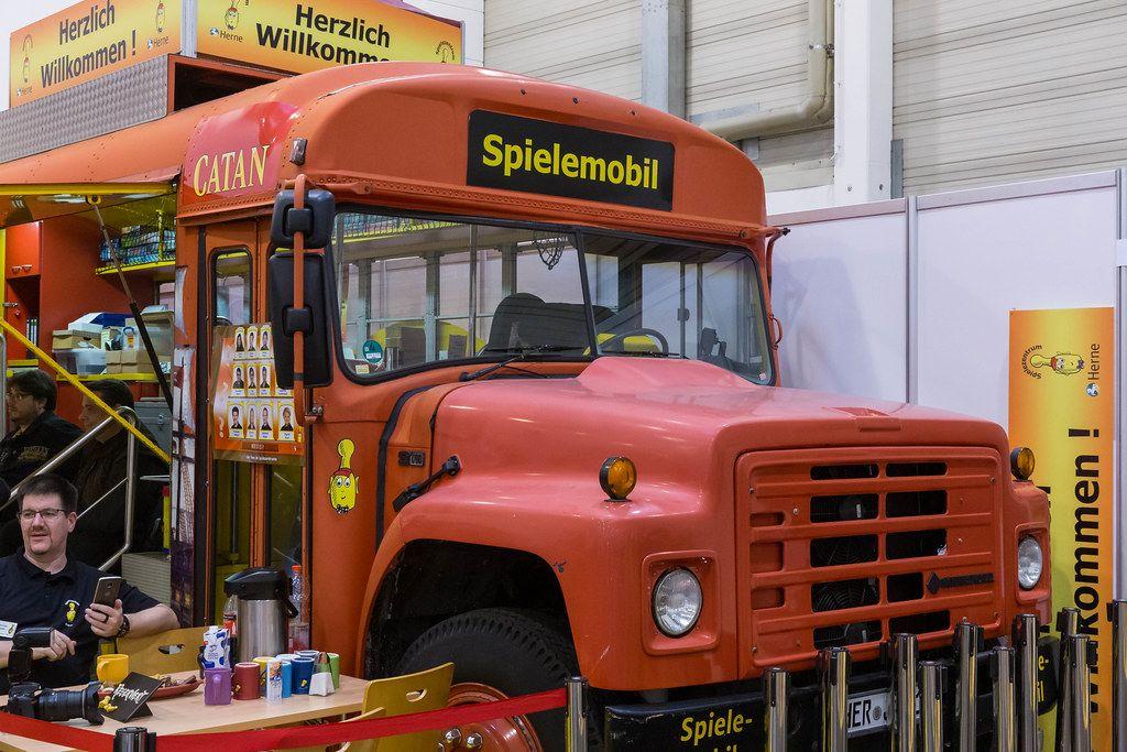 Catan Spielemobil aus der Nahaufnahme - alter Schulbus