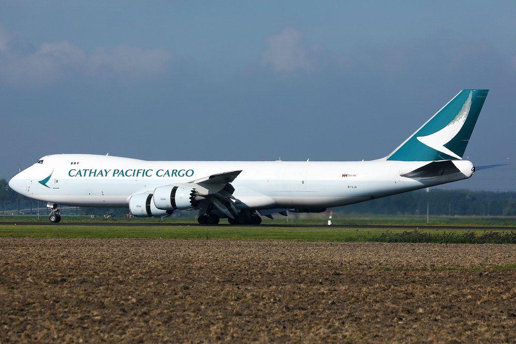 Cathay Pacific Cargo Boeing-B747 Jumbo Flugzeug auf dem Rollfeld des Amsterdam Flughafen Schiphol
