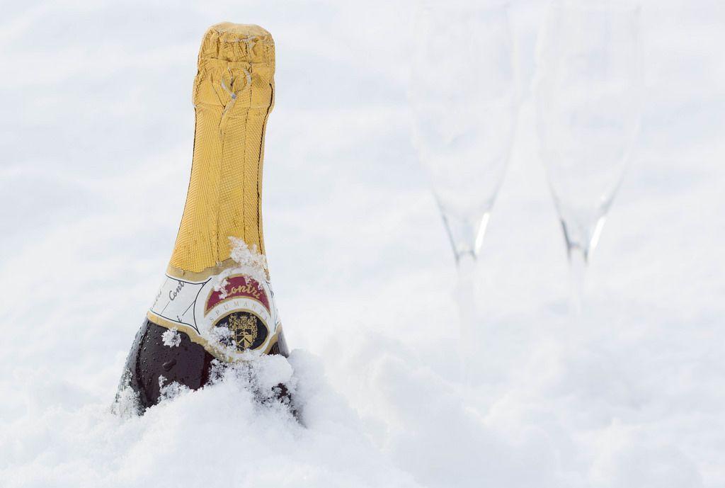 Champagner im Schnee kühlen