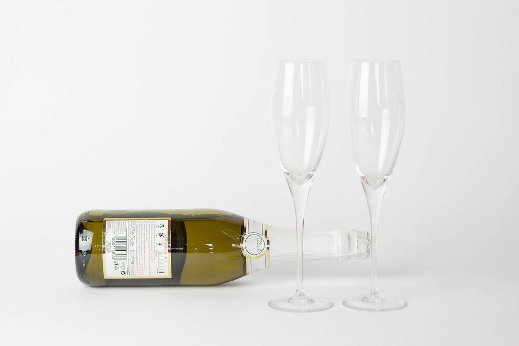 Champagner und leere Gläser
