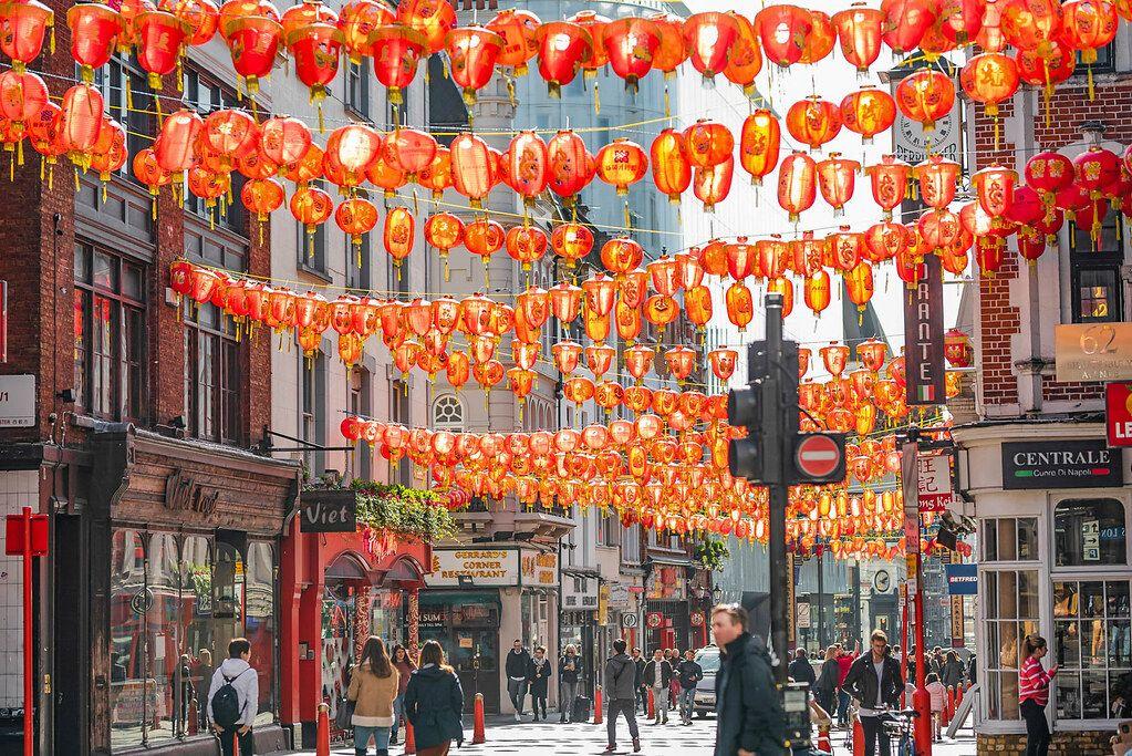 China Town in London mit traditionellen Lampionketten über der belebten Fußgängerzone