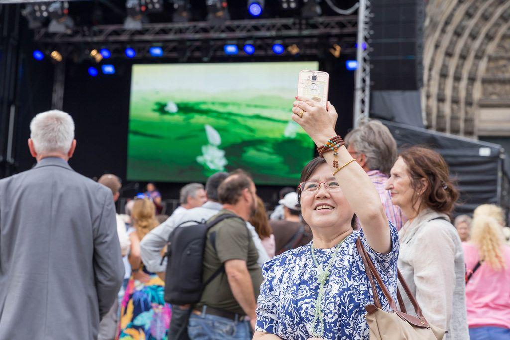 Chinesin fotografiert das Treiben - Chinafest, Köln