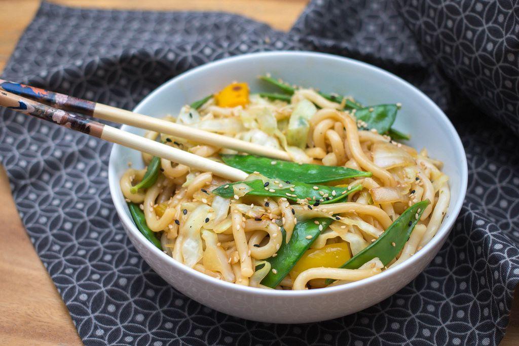 Chow Mein Nudeln mit Grünen Bohnen und Sesam in einer Schale mit Essstäbchen