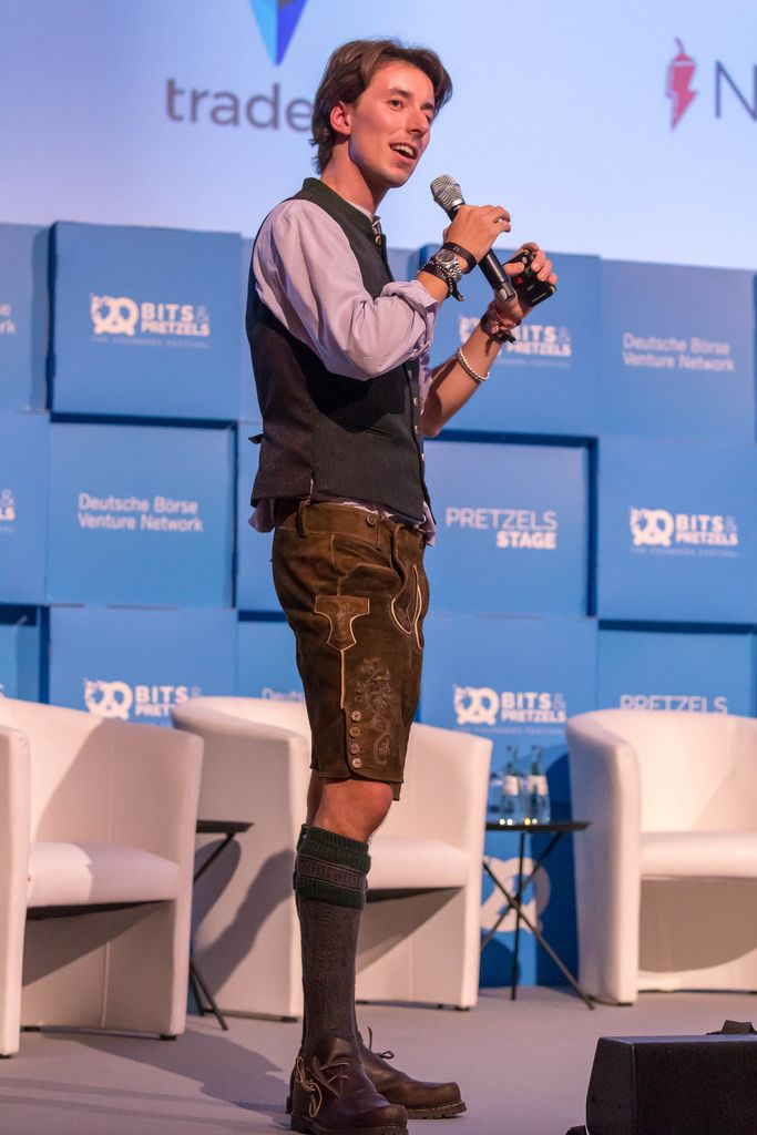 Christopher Obereder - in Lederhosen auf der Bühne des Bits & Pretzels Festival in München