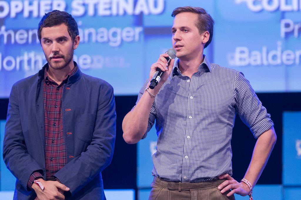 Christopher Steinau spricht - daneben Colin Hanna