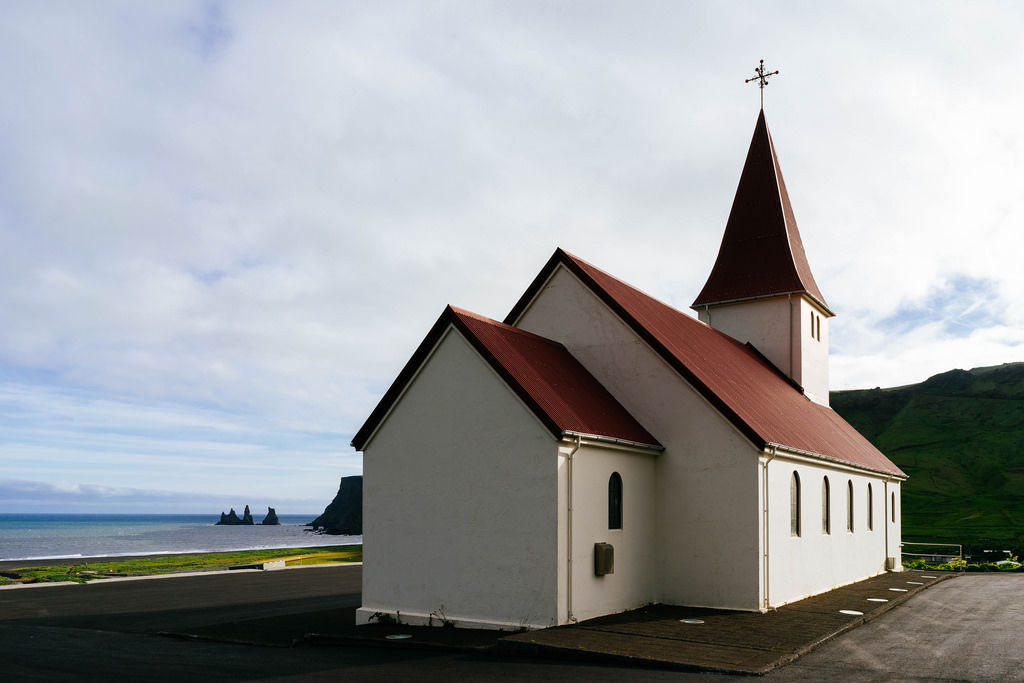 Classical Icelandic church with ocean view / Translate  Classical Icelandic church with ocean view  Klassische isländische Kirche mit Meerblick